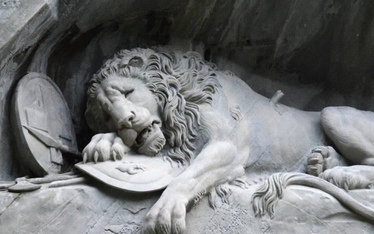 Löwenfiguren für ein romantisches Gartenflair
