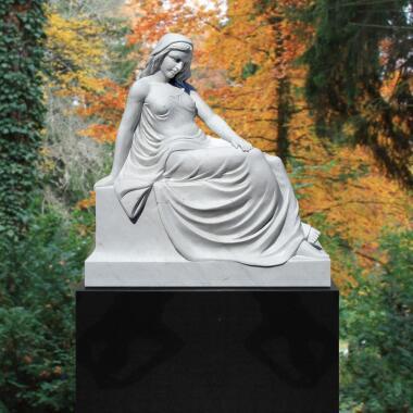 Grabmal schwarzer Grabstein mit weißer Marmorskulptur - Sofia bei Serafinum
