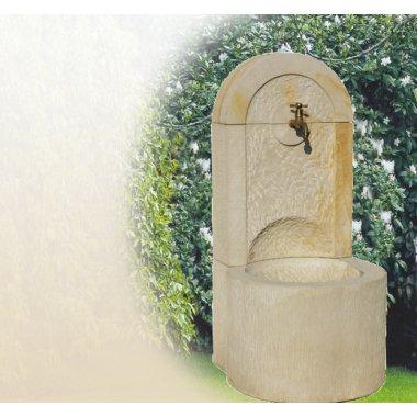 Wandbrunnen aus Naturstein für den Garten