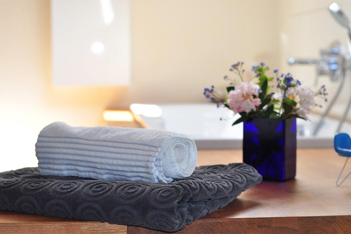 Wellnessbereich Handtuch Blumen
