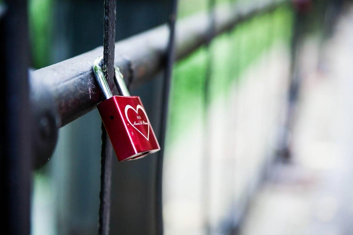 Rotes Liebesschloss an Brückengeländer