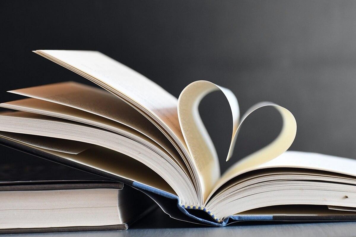 Aufgeschlagenes Buch mit Seiten in Herzform