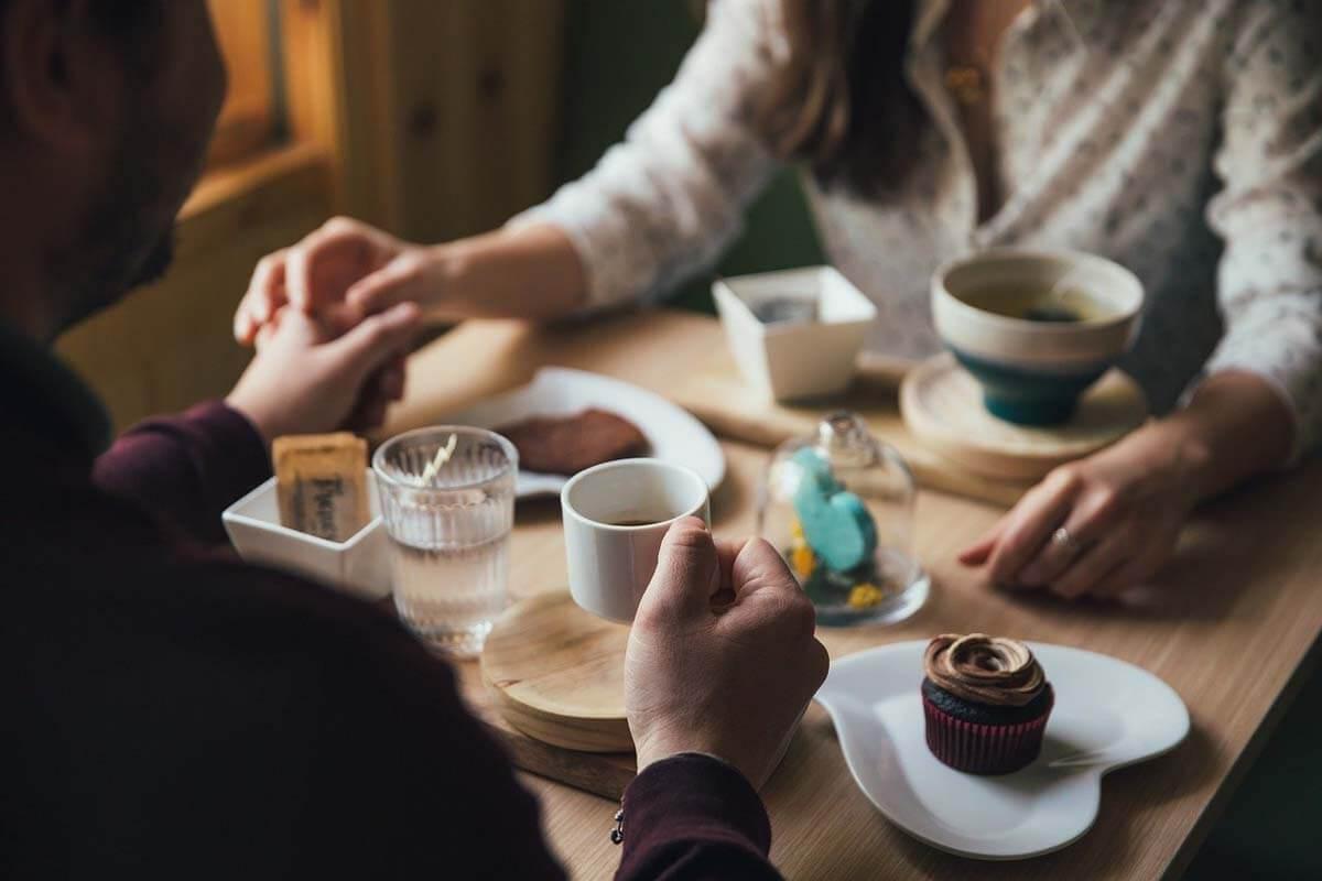 Liebespaar beim gemeinsamen Frühstück