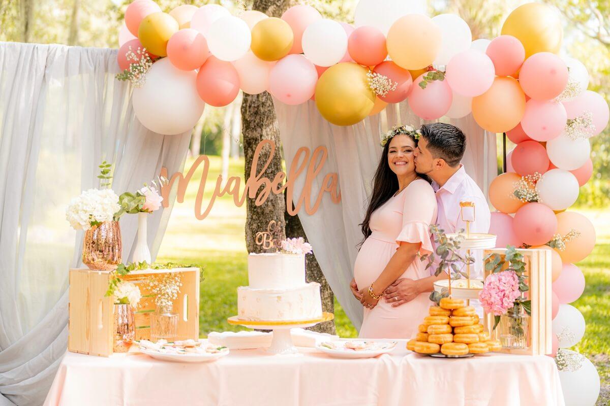 Schwangere Frau mit Partner bei Babyshower