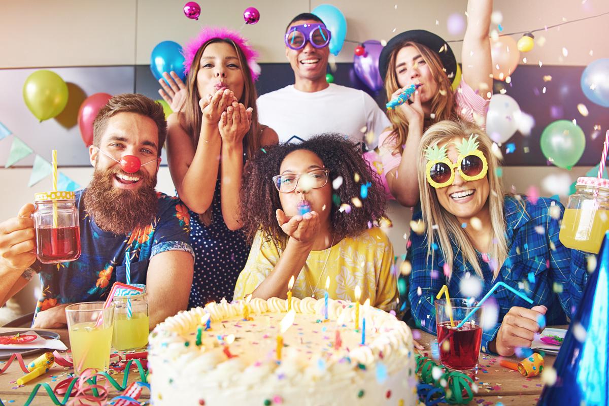Geburtstagsfeier mit Freunden - jetzt kostenlos lustige und schöne Geburtstagssprüche und Geburtstagswünsche bei Purovivo entdecken