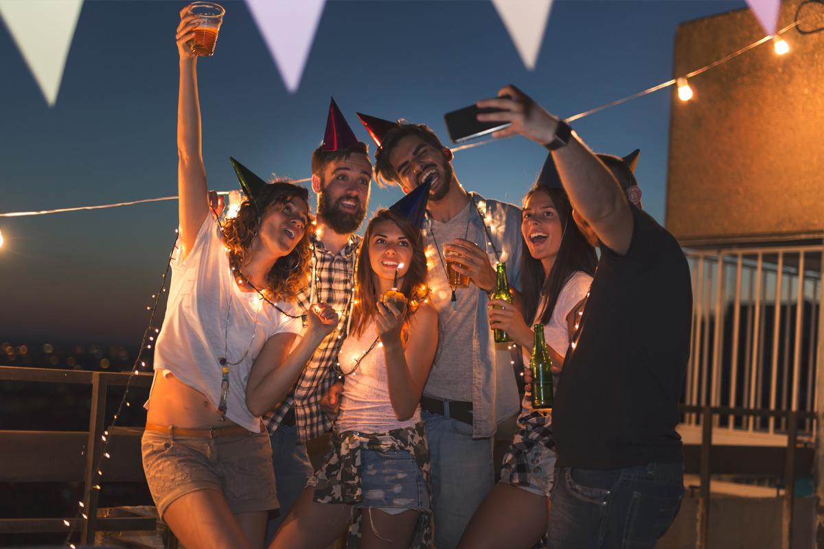 Geburtstagsfeier auf der Terrasse mit Freunden - Geburtstagssprüche und Geburtstagswünsche findest Du im Purovivo Magazinbeitrag