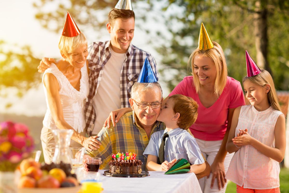 Geburtstagsfeier von Opa im Garten - jetzt Geburtstagssprüche und Geburtstagswünsche für Oma und Opa / die Großeltern / bei Purovivo entdecken
