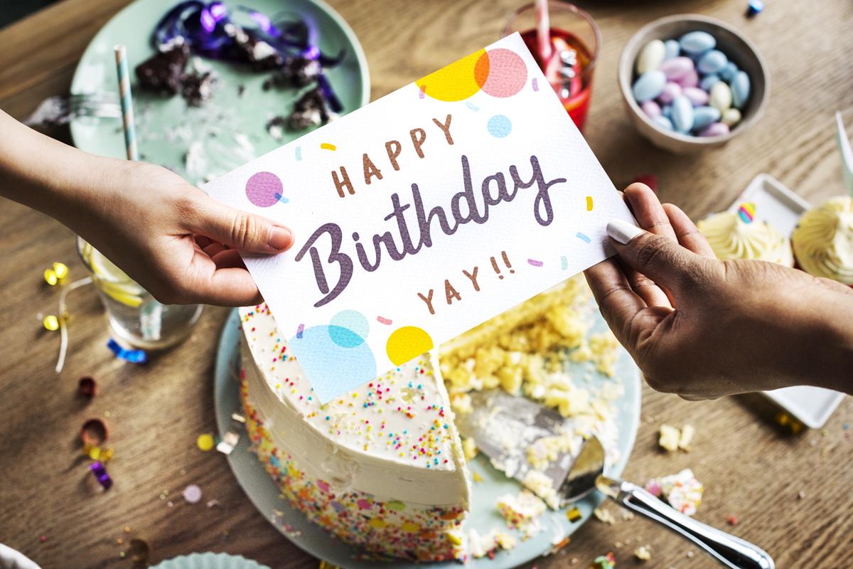 Geburtstagskarte selber schreiben? Das geht einfacher als gedacht. Glückwünsche & Geburtstagssprüche findest du in unserem Magazinbeitrag