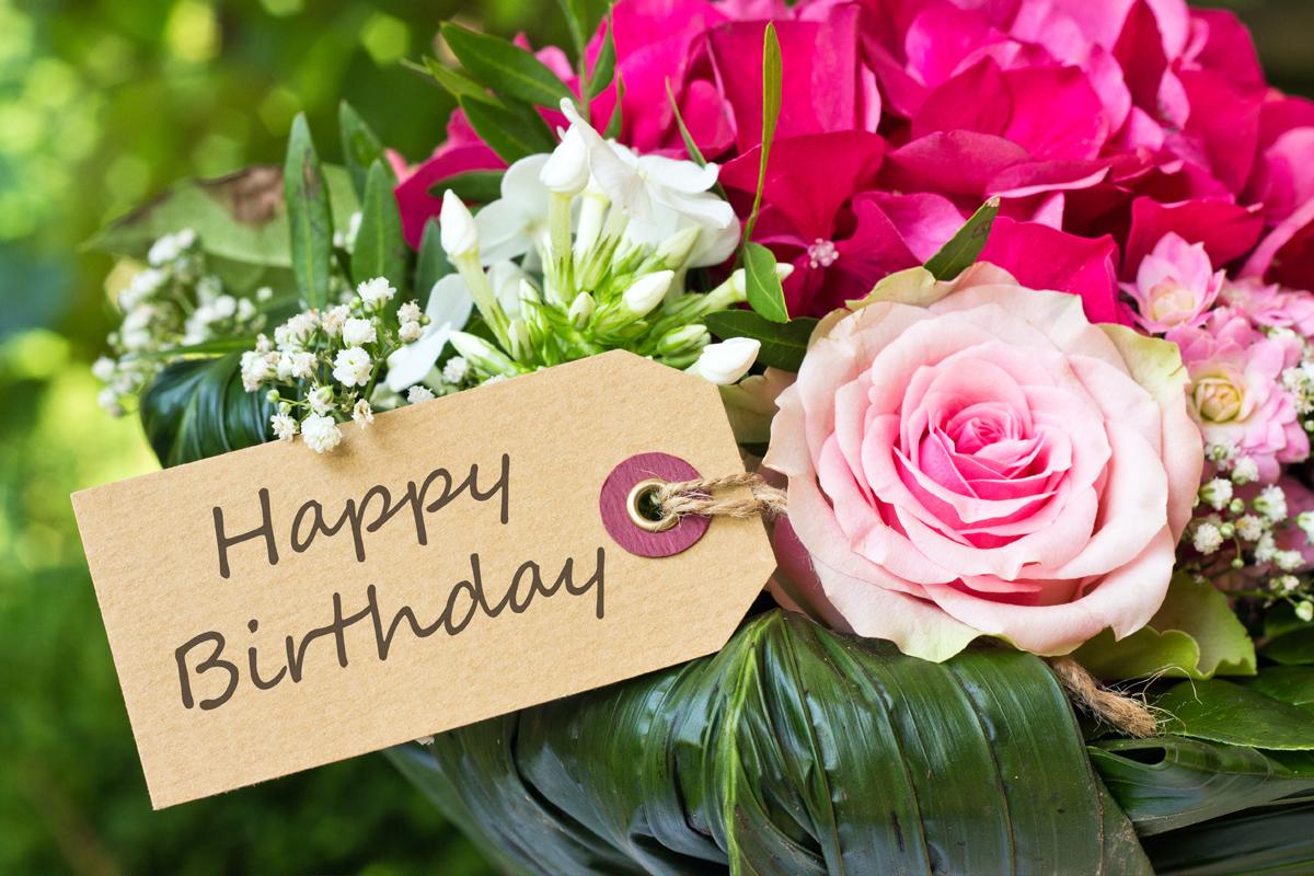 """Blumenstrauß zum Geburtstag mit einer Grußkarte """"Happy Birthday"""""""