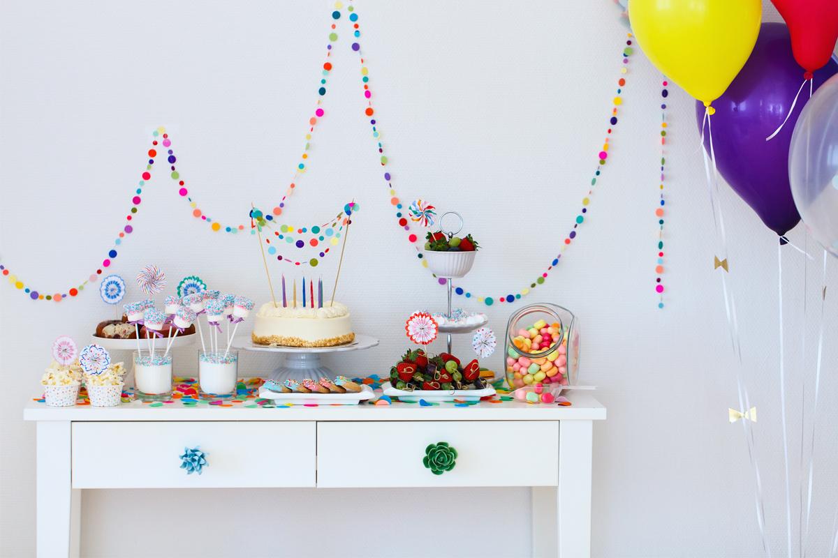 Beispiel für die Dekoration eines Geburtstagstischs mit Snacks und Kuchen - Geburtstagssprüche und Geburtstagswünsche findest Du im Purovivo Magazinbeitrag