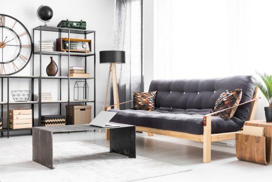 Gemütliches Wohnzimmer Wohnidee im modernen Look mit Regal und Couch edle Hölzer und Metall wurden geschickt kombiniert