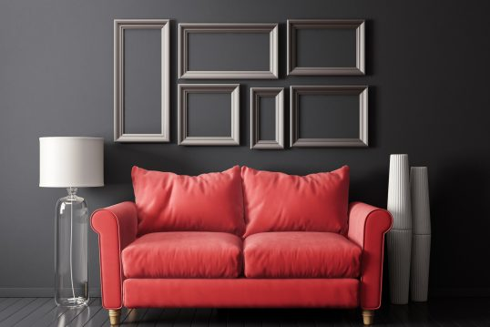 Gestaltungsidee für das Wohnzimmer – Klassisches Wohnzimmer modern interpretiert – Rotes Sofa mit Stehlampe aus Glas