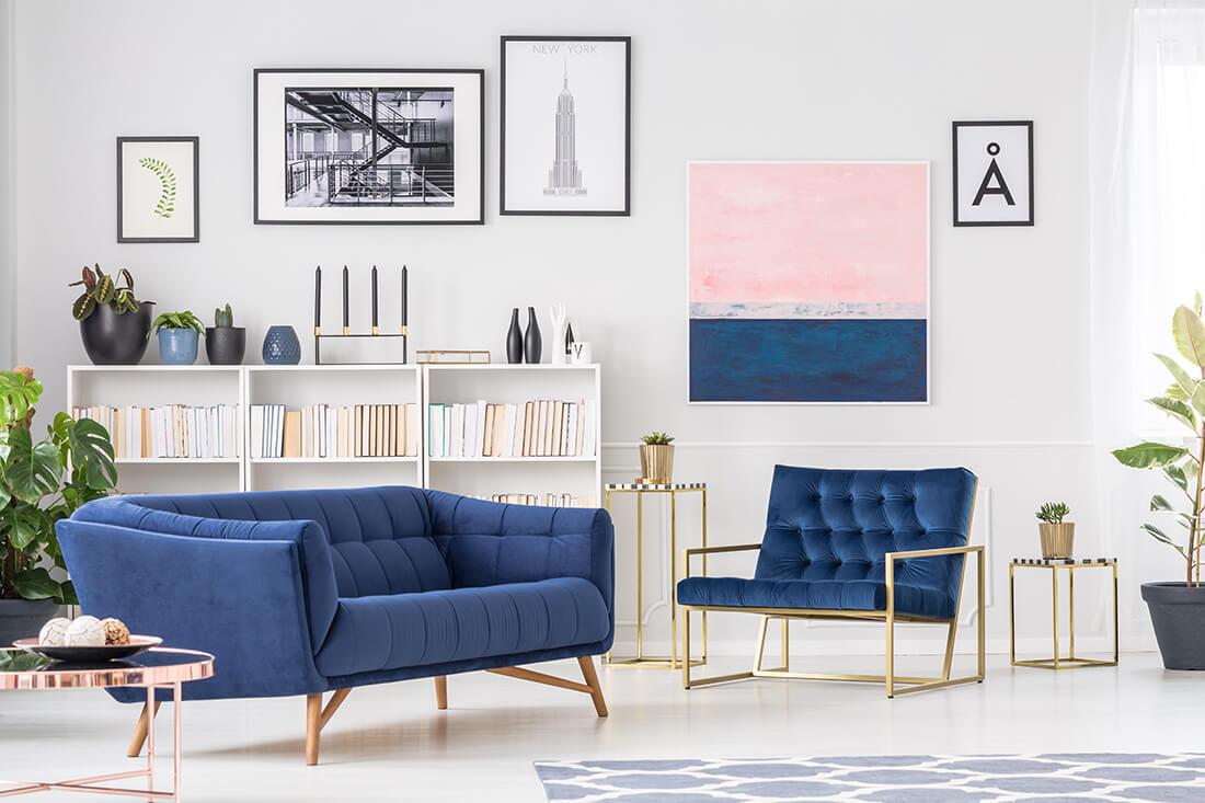 Dekoration und Wandgestaltung machen komplettieren das Design des Wohnzimmers.