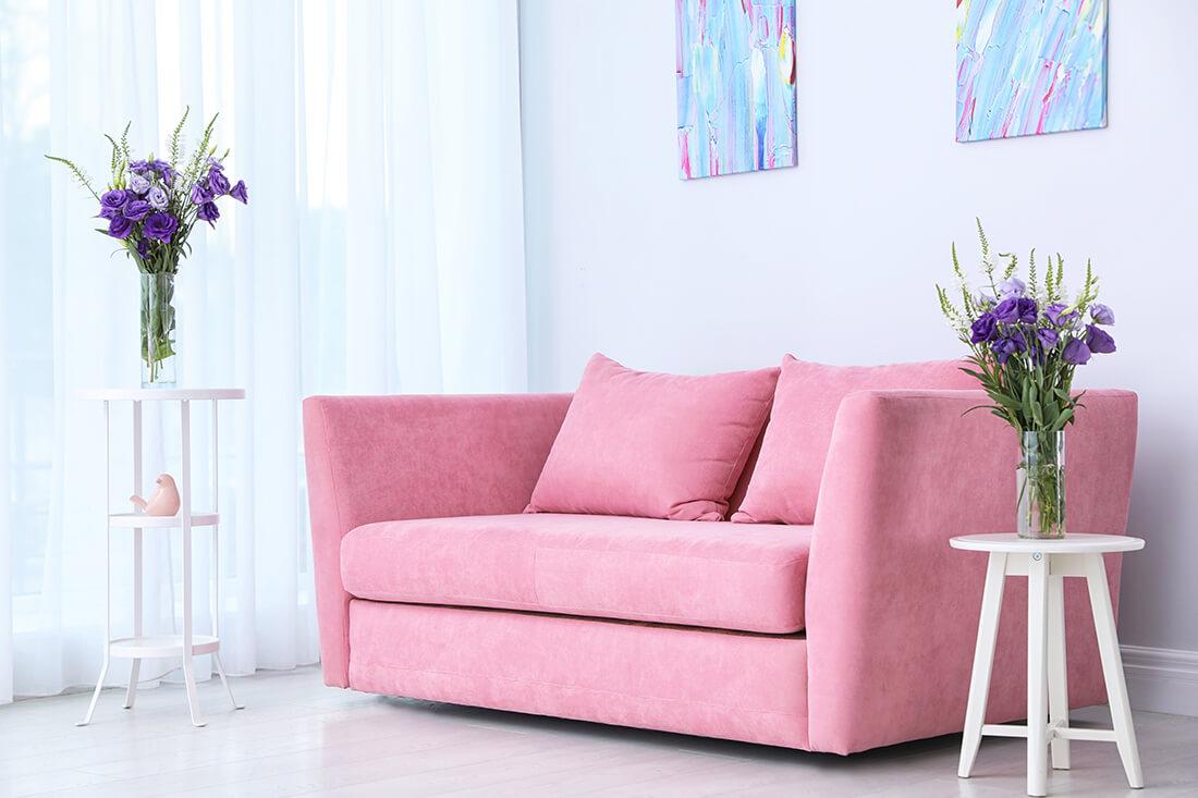 Wohnzimmer in Pastelltönen gehalten.