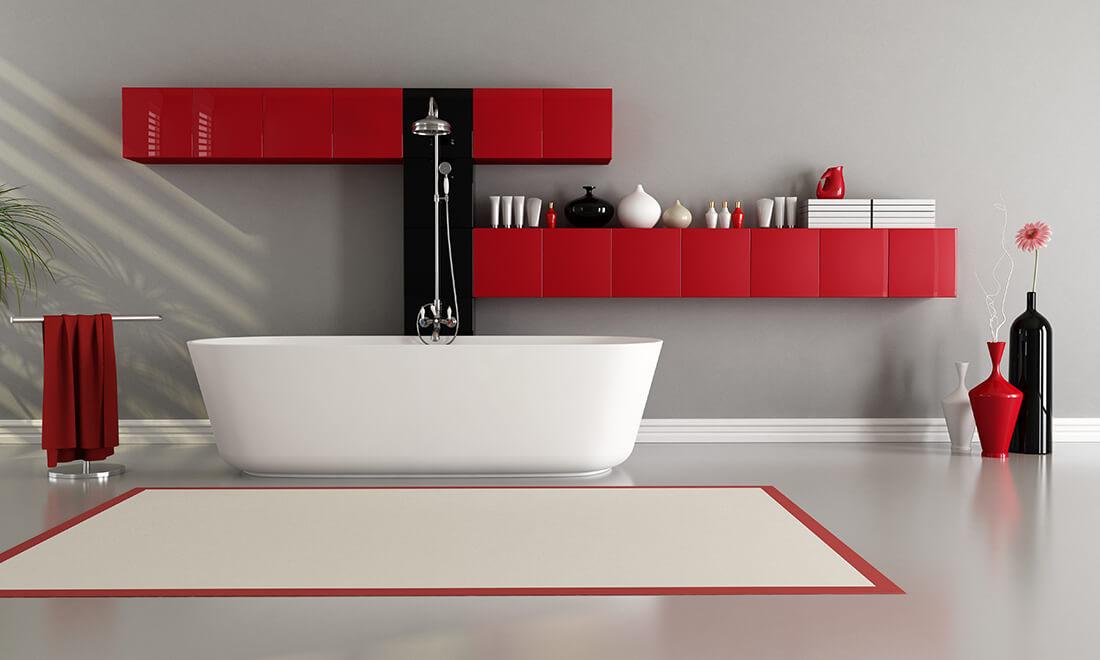 Modernes Badezimmer in Rot-Weiß gehalten.