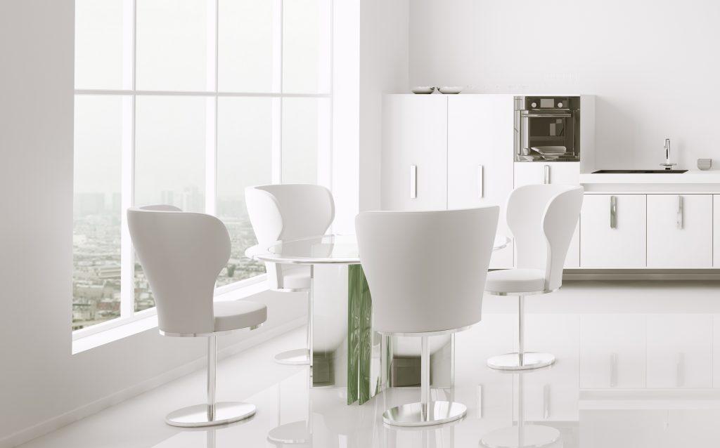 Esszimmer mit Tisch und Stühlen in weiss