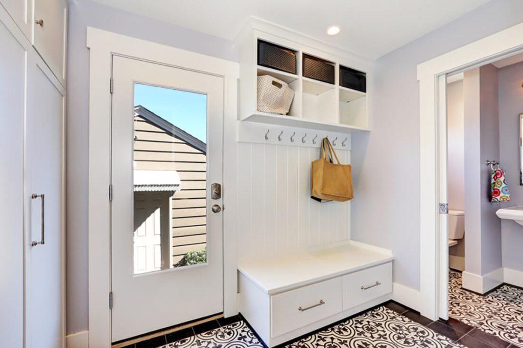 Eingangsbereich im klassischen Stil mit weißen Möbeln.