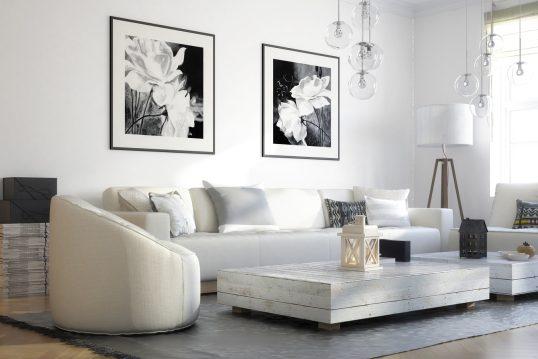 Idee für ein maritimes Wohnzimmer im Skandinavischem Stil – große Sofaecke in edlem Weiß – weißer Beistelltisch & Hängelampen aus Glas