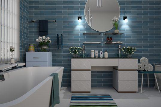 Modernes Badezimmer in edlem Blau – schmale Wandfliesen und weiße Badmöbel