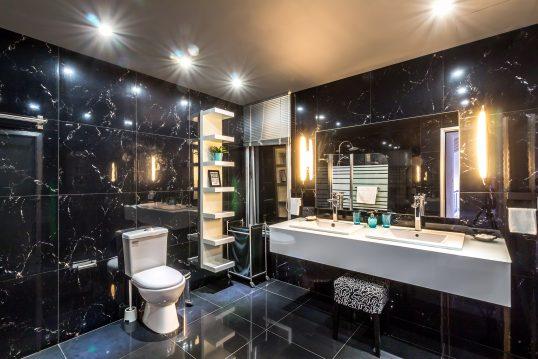 Modernes Badezimmer in schwarz & weiß – heller Waschtisch vor dunklen Wandfliesen