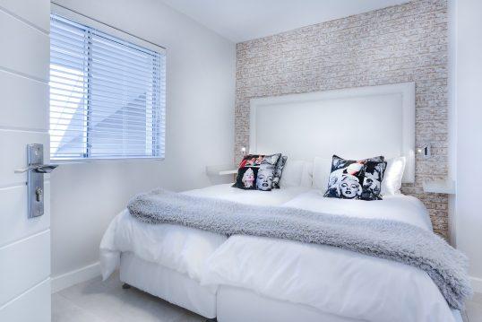 Schlafzimmer Gestaltungsidee – Kleines gemütliches Schlafzimmer für erholsame Stunden im Doppelbett – modernes Design in Weiß