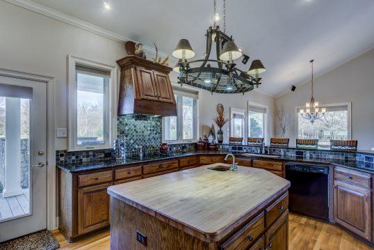 Idee zum Einrichten einer gemütlichen Küche im Amerikanischen Stil – große Eckküche und mit Kochinsel aus Holz