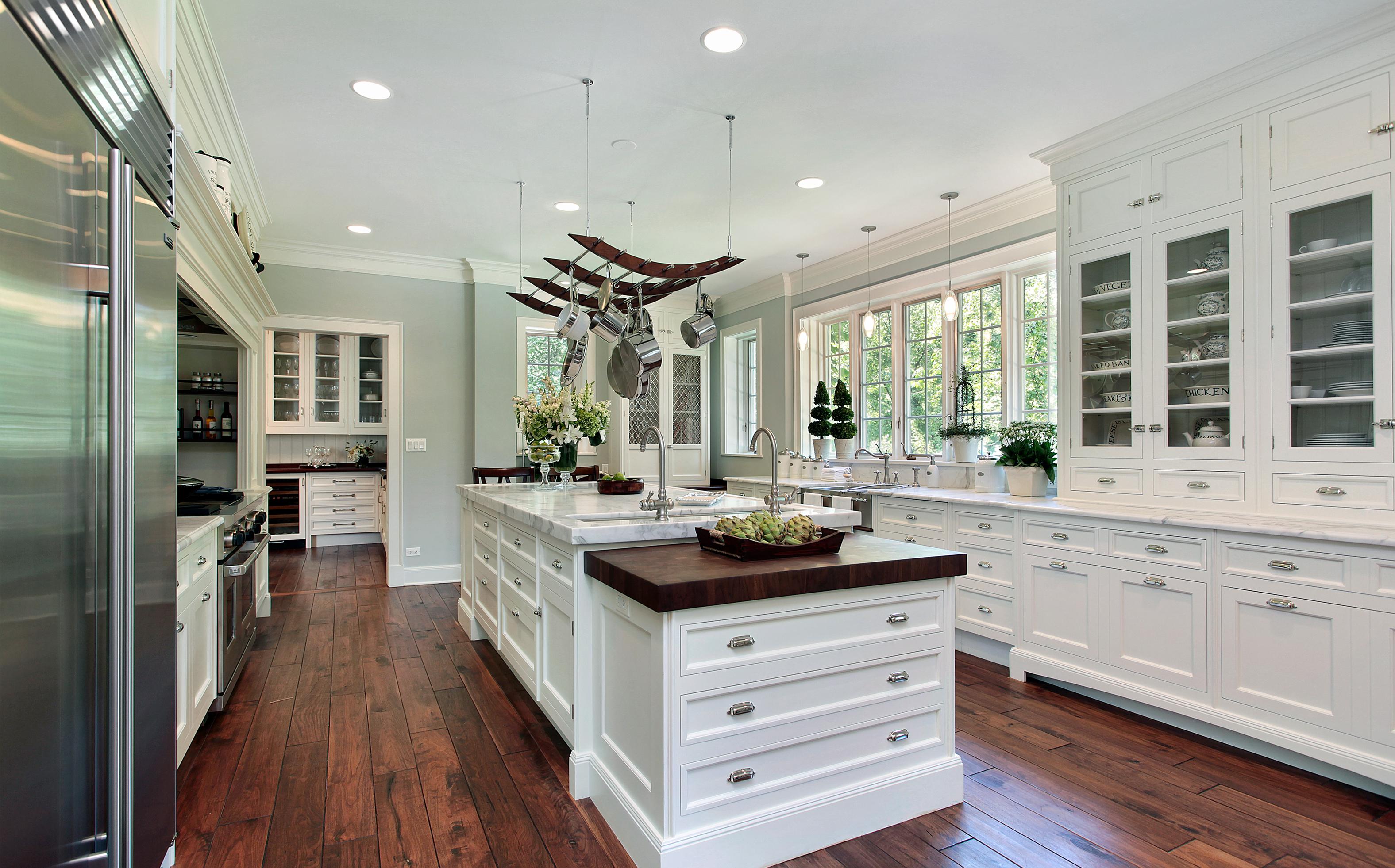 Kücheneinrichtung in weiß im Landhausstil