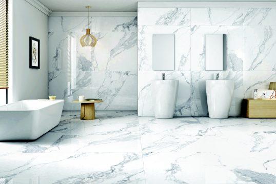 Einrichtungsinspiration – Badezimmer moderne Einrichtung gefliest mit Marmorplatten – Doppelwaschtisch & freistehende Badewanne