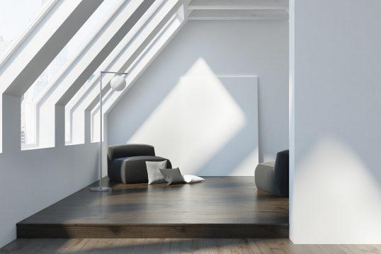 Modern ausgebautes Dachgeschoß Wohnidee im Bauhaustil - reduziert Wohnen - Designsessel mit Stehleuchte auf einem Holzpodest