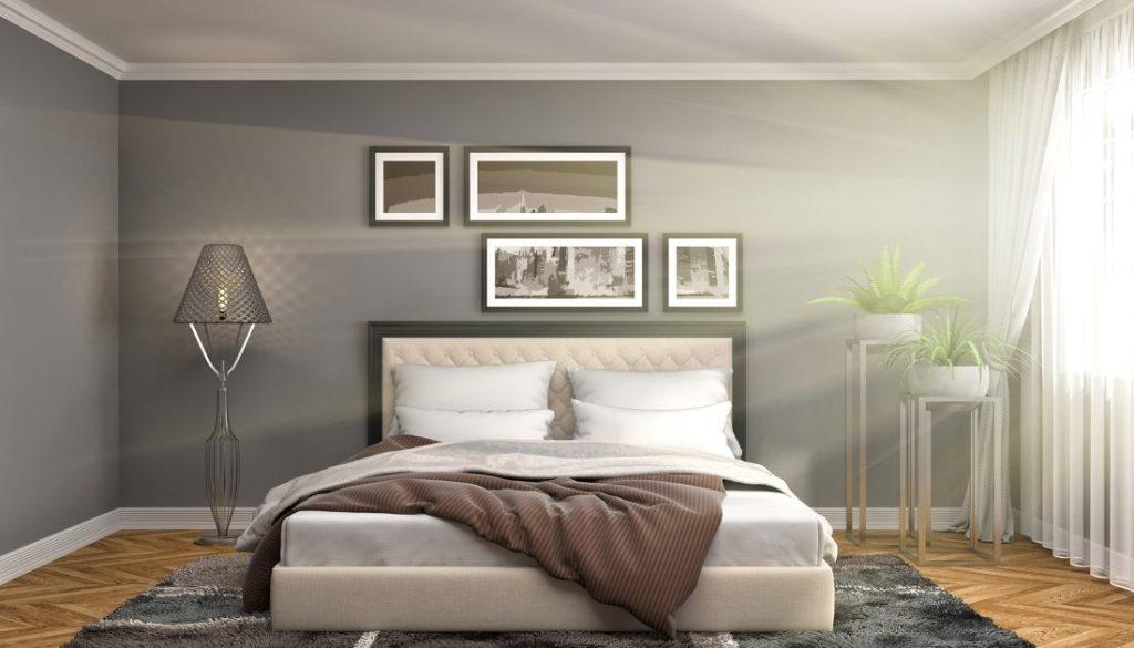 Schickes Boxspringbett aus gepolstertem Stoff in Beige findet Platz im modernen Schlafzimmer mit Parkettfussboden