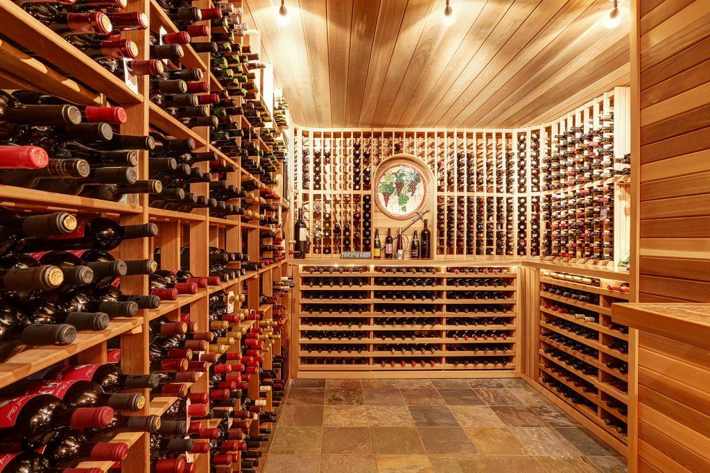 Weinkeller Wohnidee Klassischer Weinkeller Mit Modernen Weinregalen