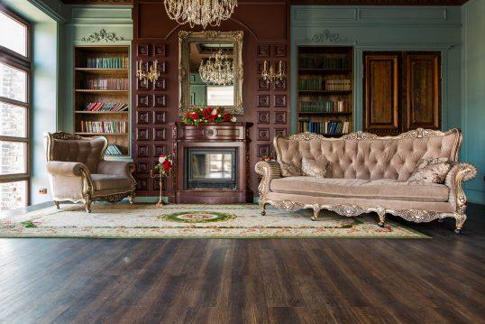 Oppulente Bibliothek in Mahagoni mit barocken Stilmöbeln – Einbauregale &...