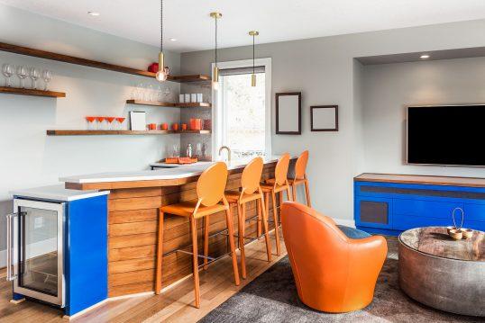 Modernes Wohnzimmer mit Hausbar – moderner Bauhausstil – offener Thekenbereich mit Barhockern aus ...