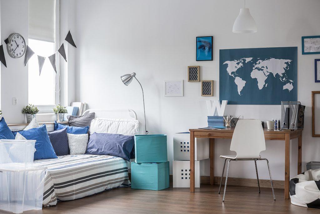 Modernes Jugendzimmer mit Bett & Schreibtisch im skandinavischen Stil