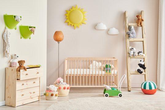 Skandinavisches Babyzimmer für Mädchen Idee mit Holzmöbeln – Holz Babybett & Leiterregal – Ho...