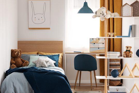 Skandinavisches Kinderzimmer für Jungen Idee – Holzmöbelset bestehend aus Holzbett  Holzregal & Holzschreibtisch – Polsterstuhl mit blauer Polsterung – blaue Retrolampe
