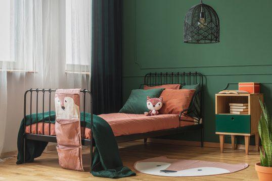 Kinderzimmer für Jungs & Mädchen Idee mit dunkelgrüner Wandgestaltung – ...