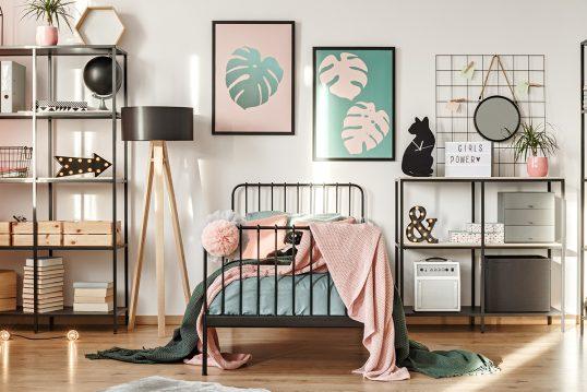 Modernes Kinderzimmer für Mädchen Idee – mit coolen Metallbett in schwarz & Tripodlampe – schwarze Metallregale mit Holzböden – Kinderzimmer Wandgestaltung mit großen Bildern – Holzfußboden