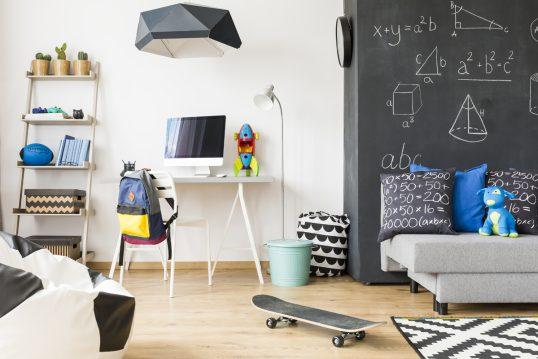 Gemütliches Jugendzimmer für Jungs Idee mit weißer Wand & Kreidewand – kleiner Schreibtisch mit weißen Stuhl – Schlafsofa mit vielen Kissen – Stehlampe & Hängelampe – Leiterregal – Bodengestaltung mit Laminat & Teppich