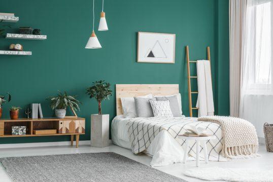 Skandinavisches Jugendzimmer für Jungs Gestaltungsidee mit grüner Wandgestaltung &#...