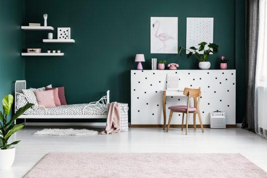 Modernes Jugendzimmer für Mädchen mit dunkelgrüner Wandfarbe – weißes Metallb...