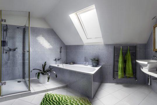 Badezimmergestaltung unter der Dachschräge – Modernes Bad mit Fliesen & großer Badewanne – Badtextilien & Deko