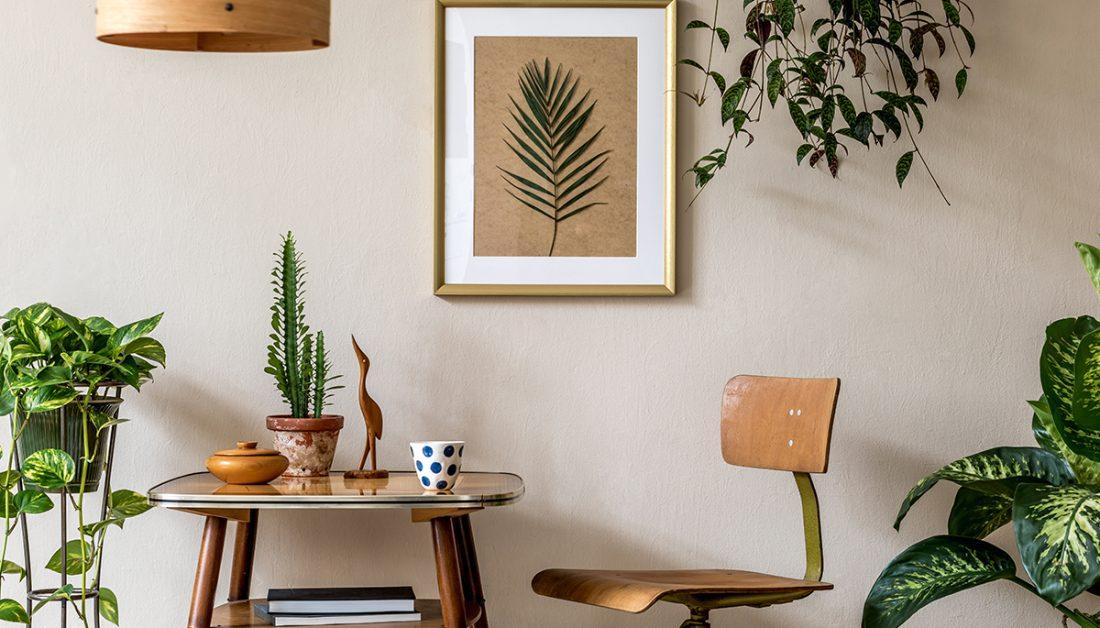 Deko Idee Sitzbereich Mit Tisch Retrostuhl Mit Beiger Wand
