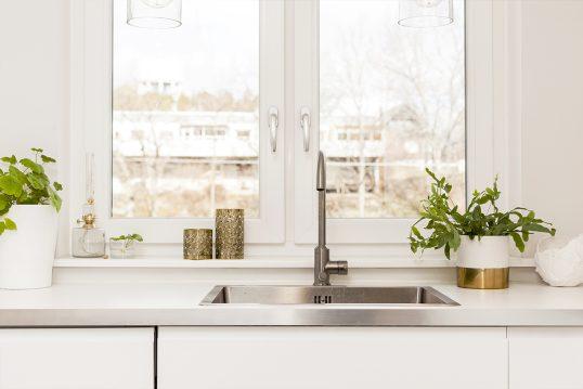Deko Idee für eine helle Küche mit weißer Küchenzeile – Beispiel mit kleinen ...