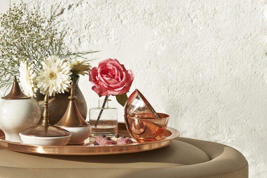 Wohnidee – Elegante Dekoration für den Beistelltisch mit goldenen Tablett  worauf verschiedene Metallvasen  eine Glasvase & Dekoschalen stehen