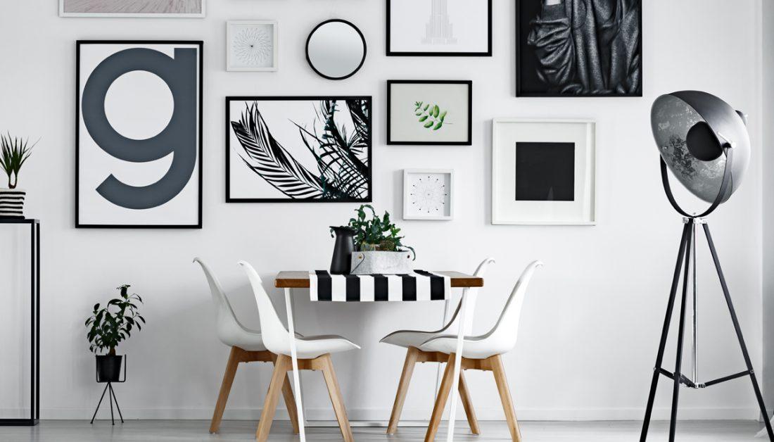 Esszimmer Idee In Schwarz Weiss Mit Tischdeko Wanddekoration Beispiel Mit Vielen Bildern In Bilderrahmen Moderner Esstisch Mit Tischlaufer Schalenstuhlen Purovivo Raumgestaltung