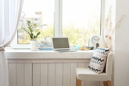Mediterrane Gestaltungsidee für die Fensterbank in der Küche als Sitzplatz zum Esse...