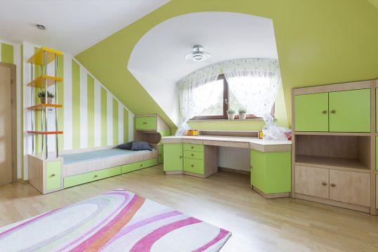 Kinderzimmer Idee im Dachgeschoss mit grüner Wandgestaltung & Tapete – B...