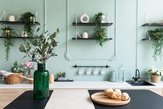 Gestaltungsidee für eine grüne Küche mit Küchentisch  Wandregalen & Dekoration...