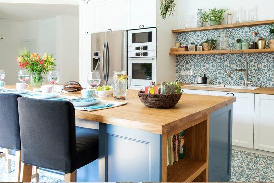 Schöne Küchengestaltung mit einer Kochinsel als Küchentisch & Barhockern ̵...